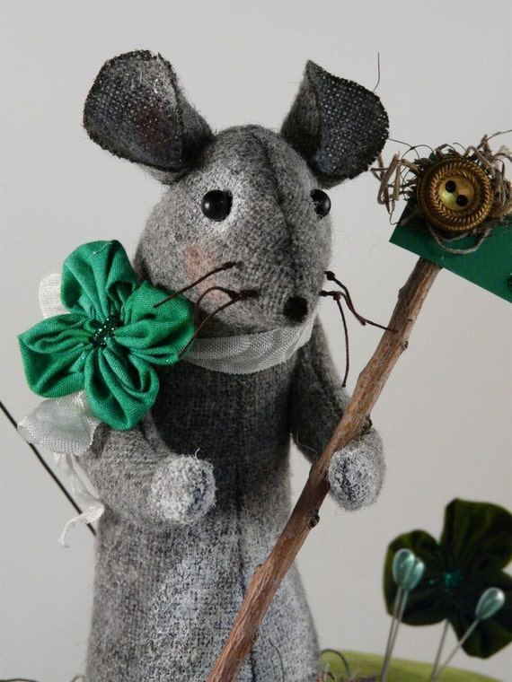 Prim wool Mouse Pinkeep Shamrock E pattern - Big pincushion wool fabric pdf clover primitive sewing notion day Irish sign pins