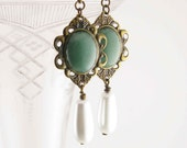 Made to order - Renaissance Tudor reproduction earrings - Drop pearls and green aventurine - Hand assembled - mejjewelry