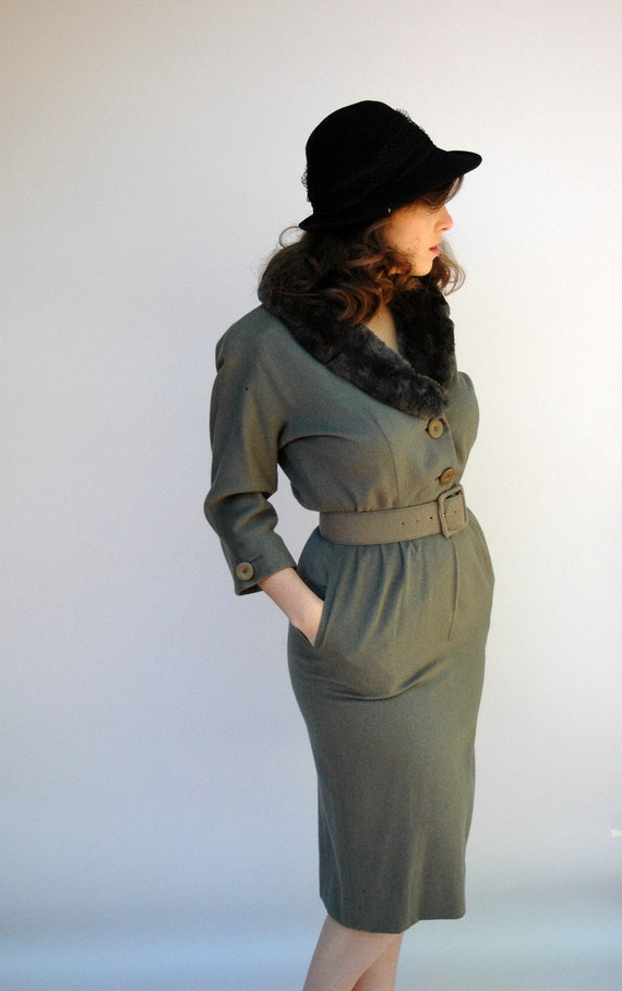 1940s private eye womens dress in green and brown beaver fur collar