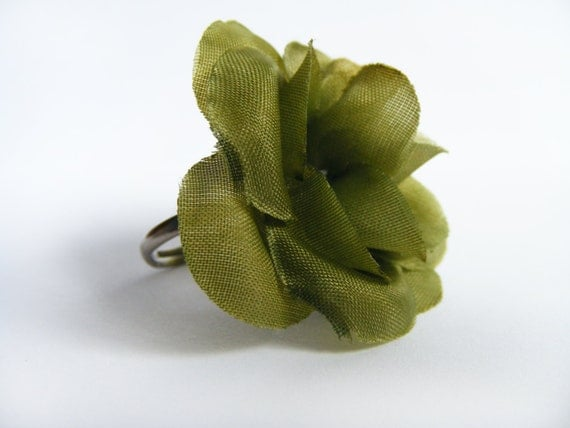 This is deep green flower ring