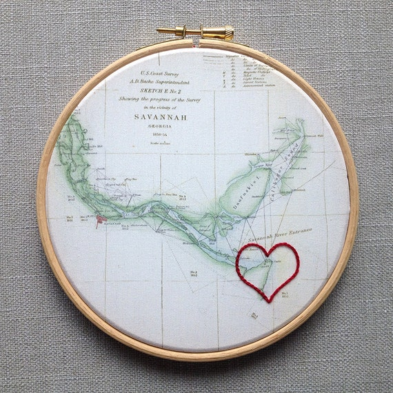 "Cotton anniversary gift: Vintage map framed in 6"" wooden hoop. Symbol hand-embroidered round your chosen location."