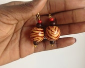 Round beaded dangling earrings: Black and brown