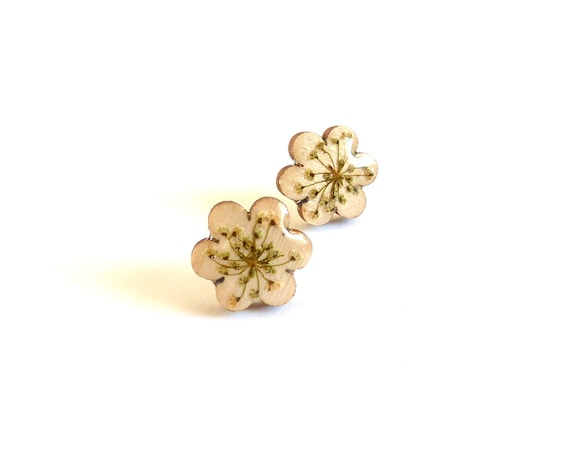 Flower shaped wood real flower studs earrings, green cream studs, woodland studs, flower shape studs wood, botanical resin (Queen Anne's)