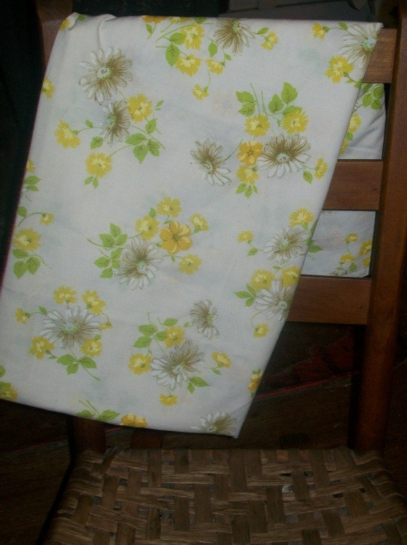 Pequot TWIN FLAT Sheet White with Daisy Motif and small yellow flowers