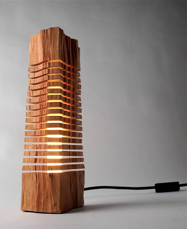 escultura iluminada feita com peda o de tronco de madeira mat ria inc gnita. Black Bedroom Furniture Sets. Home Design Ideas