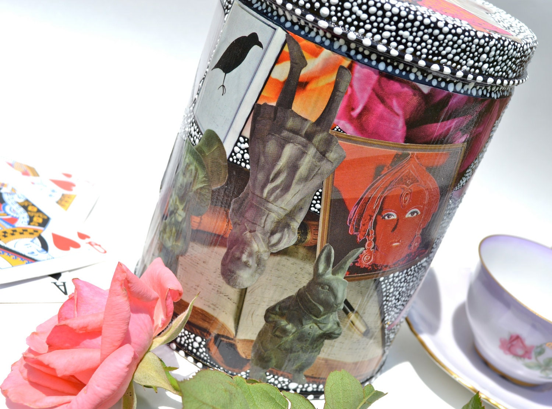 Почему Ворон Как Письменный стол - Алиса в стране чудес ручной росписью Upcycled канистра декора Декупаж