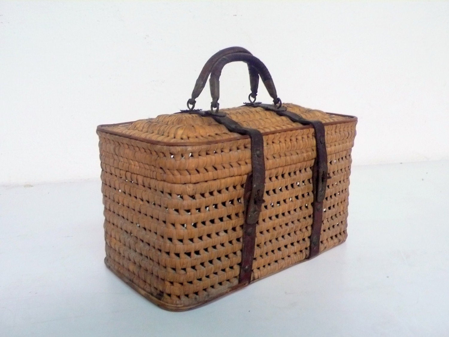 Antique art nouveau picnic basket - DACAIS