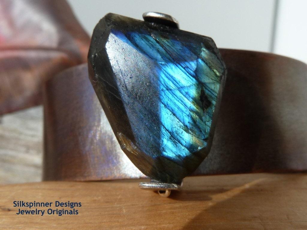 Labradorite & Copper Bangle/ Armreif aus Labradorit und Kupfer - SilkspinnerDesigns