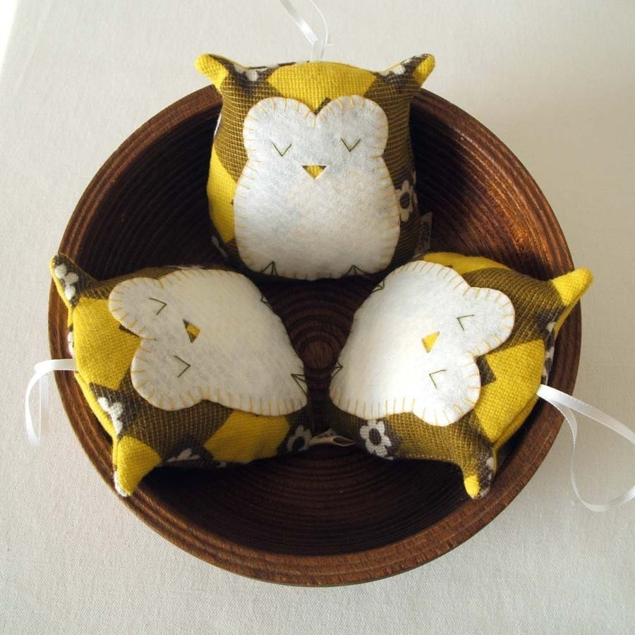Sleepy owl in olive and lemon - pouch