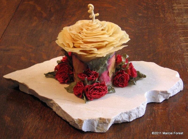 Розовый сад Свеча Скульптура, Ooak - Чистый пчелиный воск, розы, Upcycled базы природных Камень - уникальный Eco Свечи люкс по исполнителю Марси Лесная
