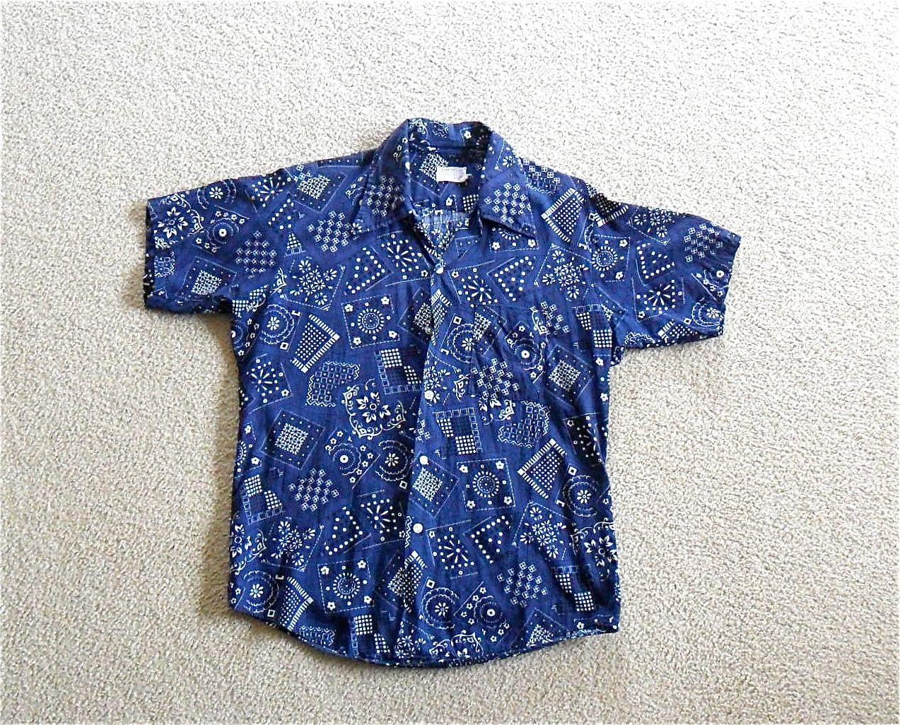 "Mens Vintage Shirt in Blue Bandana Print Short Sleeve Summer Retro Boho Hippie 60s 70s Size Large (16-16 1/2"" Neck)"