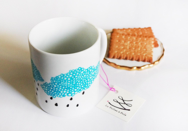 """Mug """"nuages et gouttes de pluie"""" en porcelaine illustré à la main dans notre atelier."""