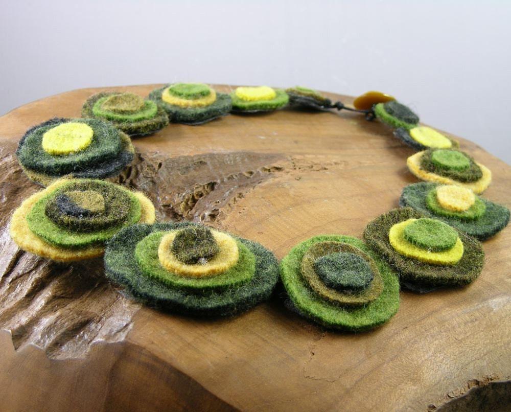 Тощий шарф чувствовал ожерелье - круги - шея теплее - зеленых тонов - переработанной шерсти - экологически чистом - scarflette - текстильные ожерелье - нагрудник