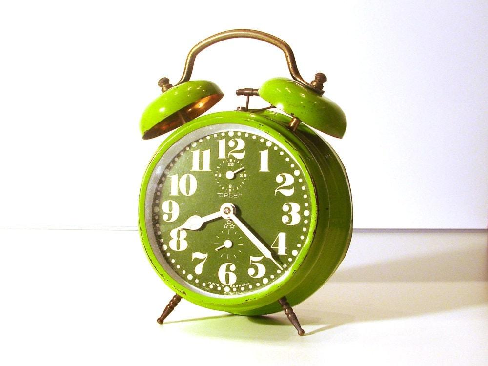 Amazing vintage green apple bell alarm clock - Peter - RetroGustoMenta