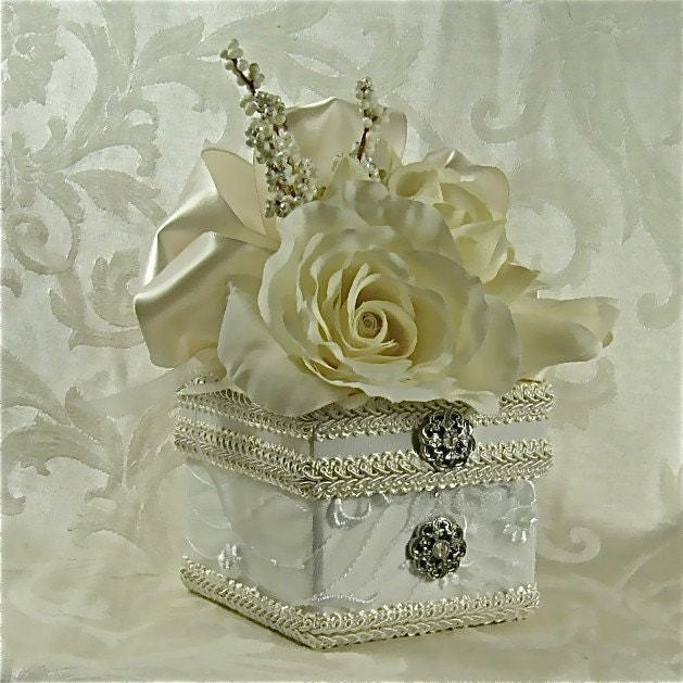 Wedding favor gift jewelry box elegantly prewrapped