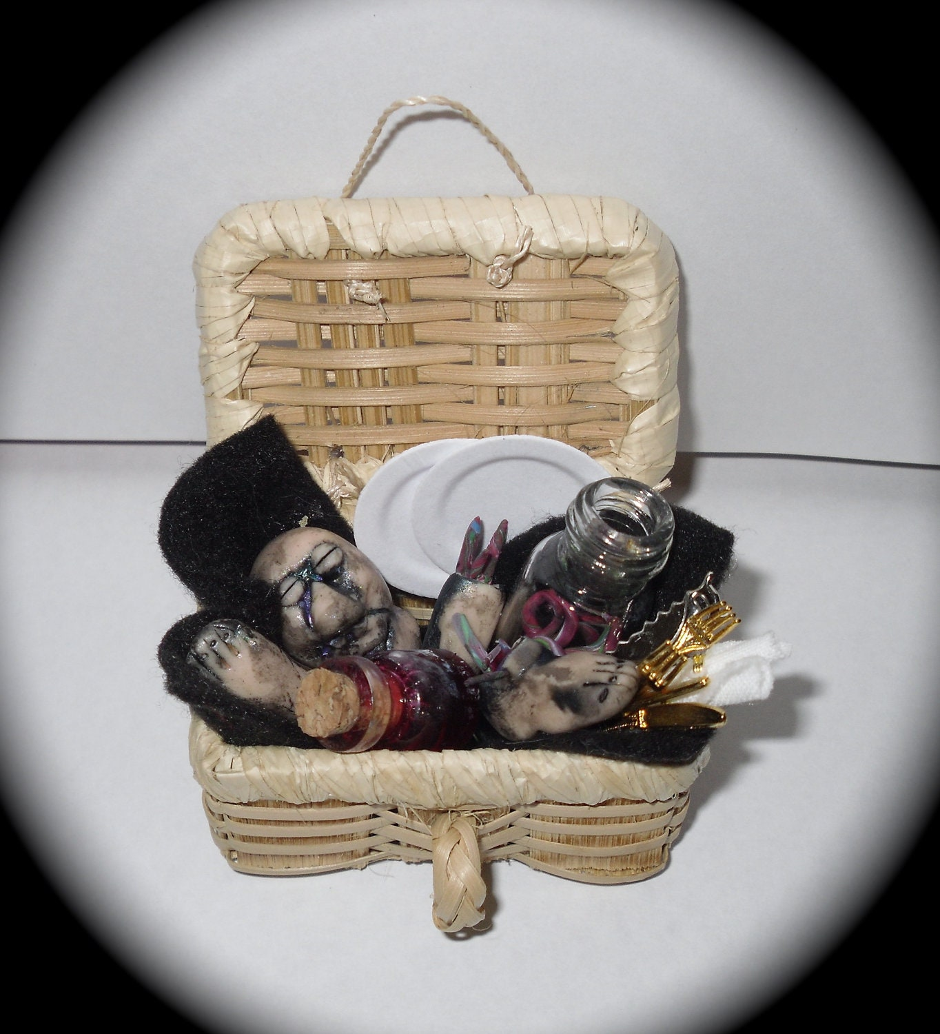 Gory halloween picnic basket - WITCHMINIATURES