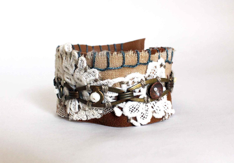 Bracelet Gitane - pièce unique dentelle laiton brodés sur cuir - écru sur camel bleu