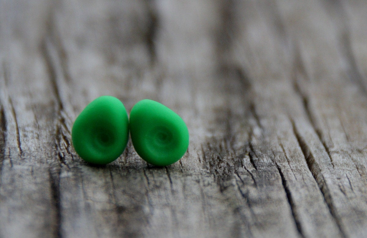 Neon green matryoshkas ear studs on sterling silver - LAccentNou