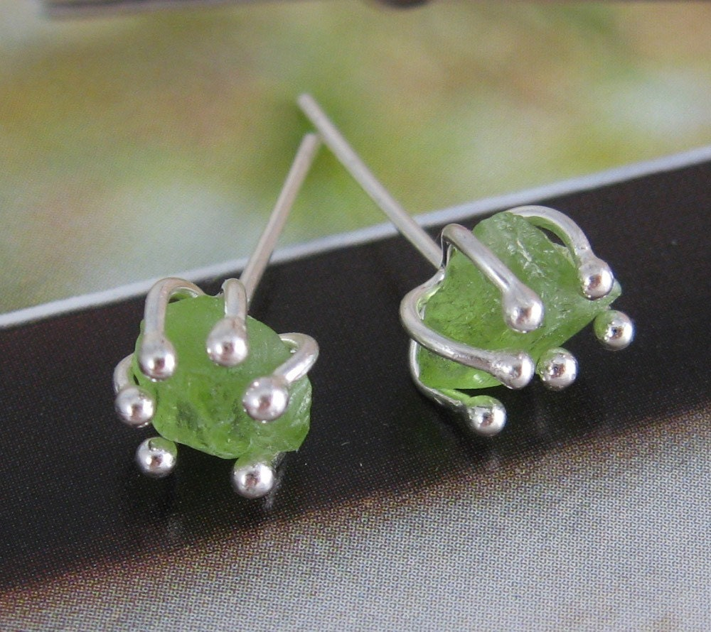 Rough peridot enrapture stud earrings - wearthou