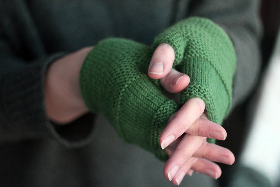 Hand knitted green fingerless gloves. Very soft and cozy gloves. Size small / medium. - aisimknits