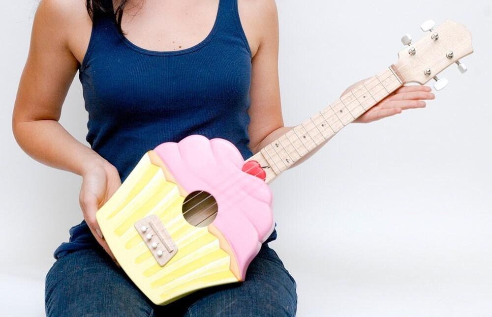 Cupcake ukulele (cakulele) soprano