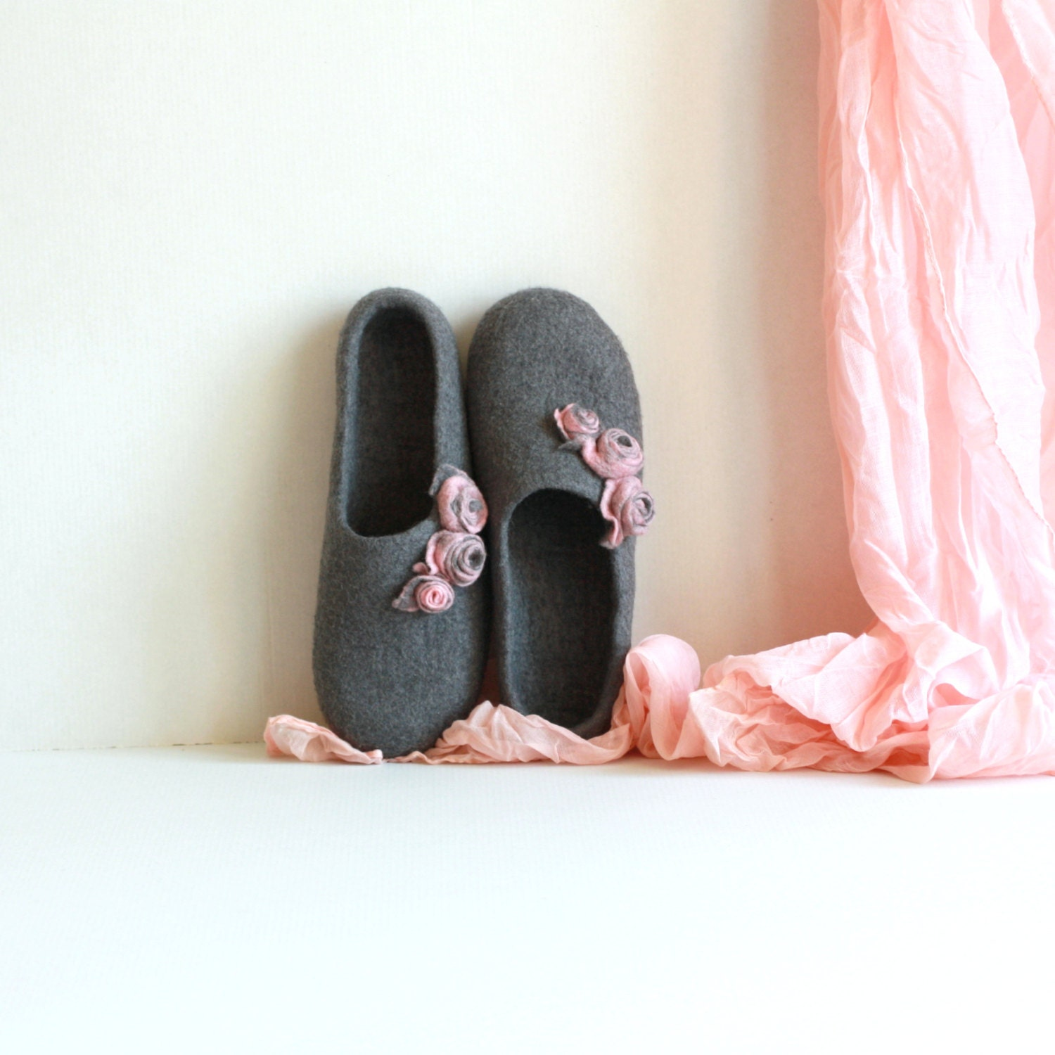 Women house shoes - felted wool slippers - Mothers day gift - grey with pink roses - AgnesFelt