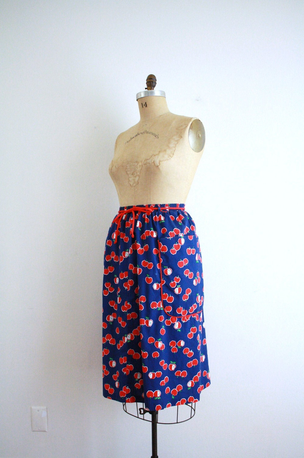Vintage Novelty Print Skirt . Apples . Fruit . Market Skirt . Small - Medium