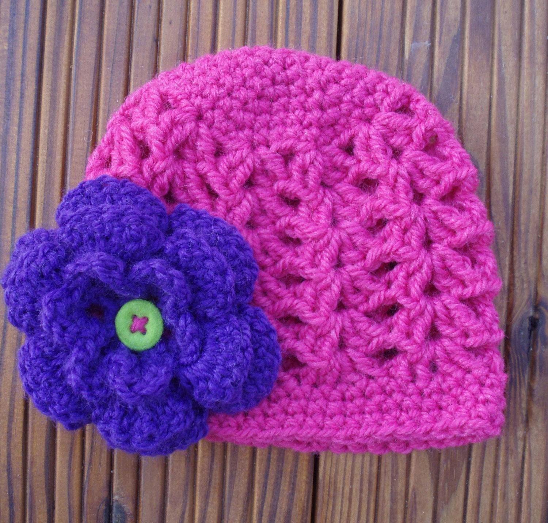 بچه کلاه صورتی با گل بنفش