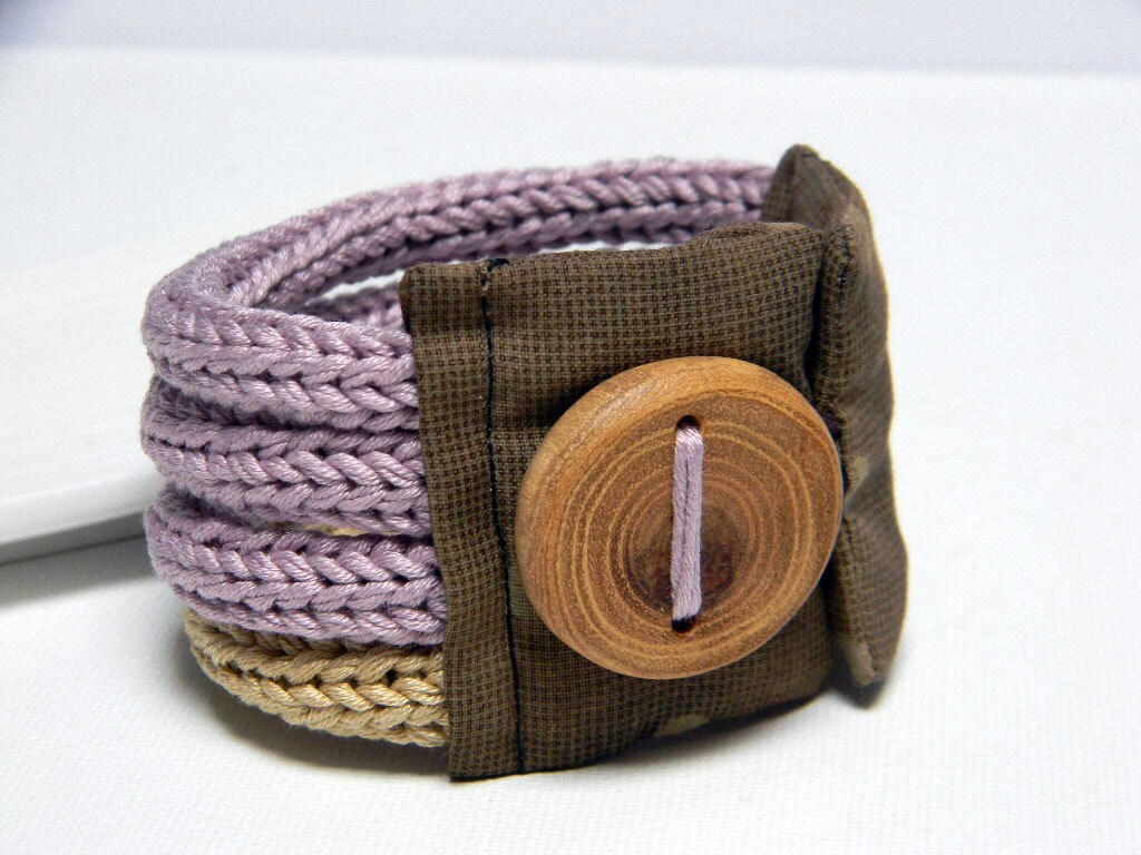 Lilac and sand knitted bracelet, cotton yarn and fabric  Quattro, four loops, Japanese fabric and handmade wood button. Knitting jewelry - ylleanna
