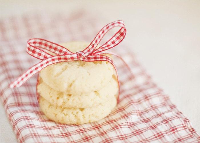 Fotografia de alimentos - a arte da cozinha doces sonhos - de férias biscoitos de alimento vermelha fita branca xadrez branco