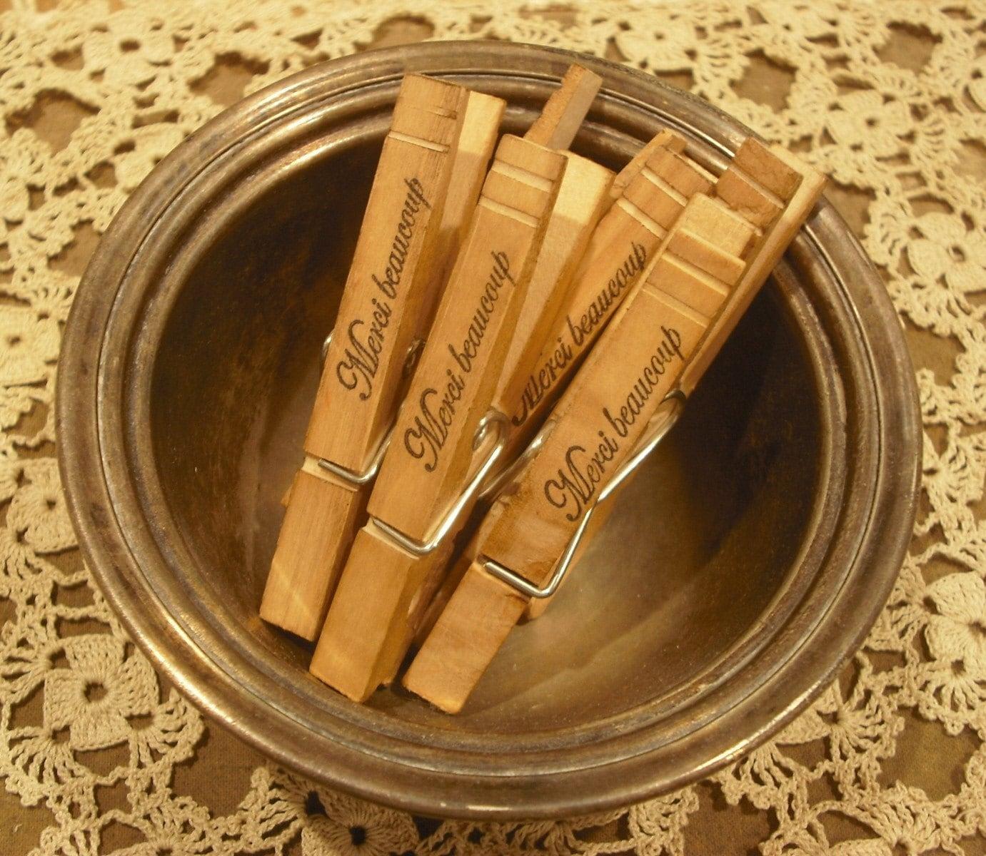 Набор из 6 Vintage Вдохновленный рук Штампованные MERCI Beaucoup деревянные прищепки