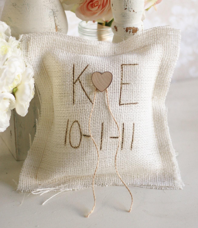 Сельский Chic Свадебный декор Барлеп кольцо предъявителя подушку персонализированным свои инициалы Morgann Хилл Оригинальное образцов