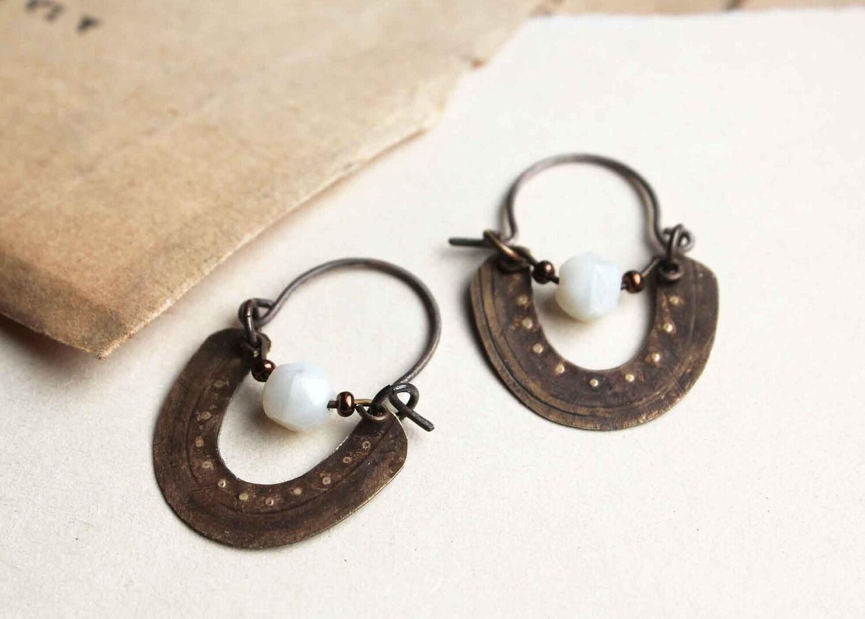Byzantines créoles perle ancienne opalescente et laiton vieilli boucles d'oreille