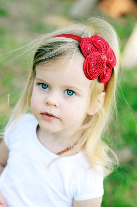 Красный цветок Повязка - шикарный красный вышитый бисером Шелковистые Swirl Цветок Puff Stretchy Красная головная повязка или зажим для волос - Рождество