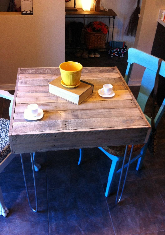 Regenerado Pallet Barnwood Bistro, Café, espacio de cocina tipo loft de la ciudad en el listado de las piernas cerradas escritorio