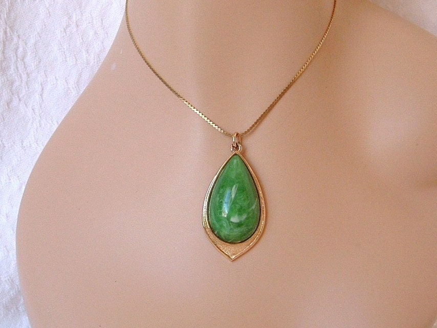 Vintage Coventry  Green Marbled Pendant Necklace - CarriersCozyCottage