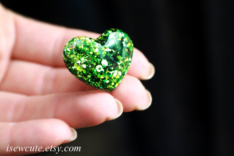 May Birthstone Color Glitter Heart Ring - Emerald Sparkle - Handcrafted Modern Jewelry - heart shaped ring, Resin Jewellery by isewcute