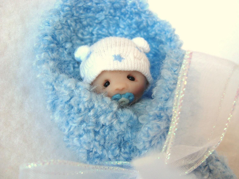 Paquete Baby Boy Blue en la muñeca mano OOAK Clay Esculpida en Manta de punto