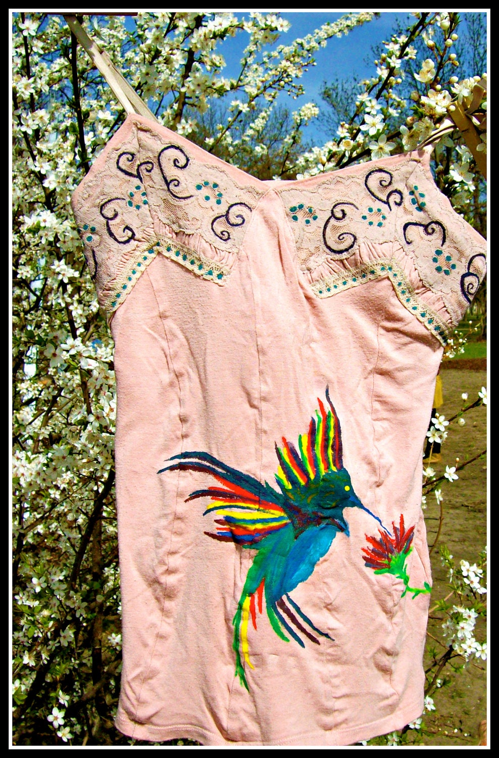 pink spagetti-strap shirt with colorful hummingbird - frogwears