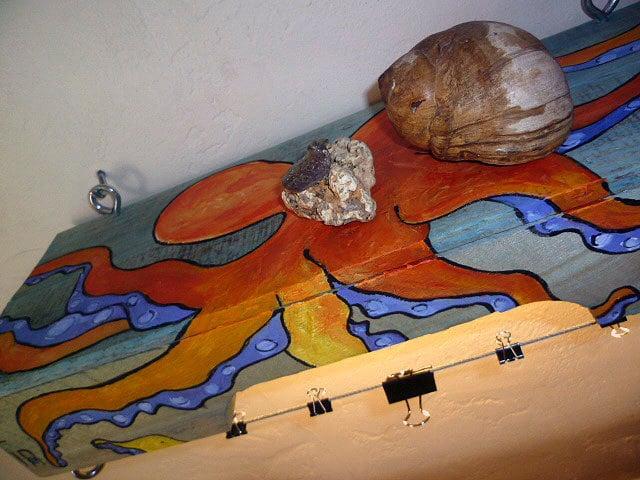 Estantes y colgador de fotos o tarjeta de medios mezclados palet de madera reciclada de pulpo abstracta