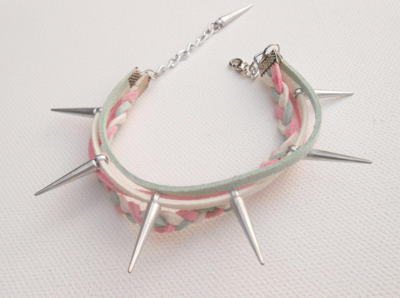 Friendship bracelet en cuir de suede rose/menthe/blanc et spikes
