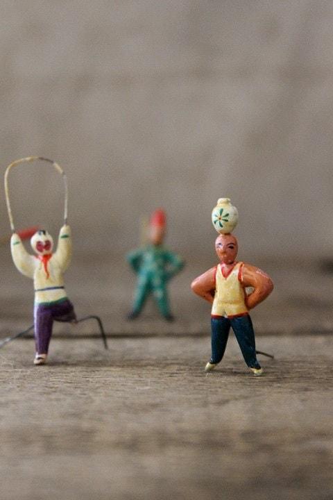 v i n t a g e  tiny clay figurines in original box-performers - Harmonicajane