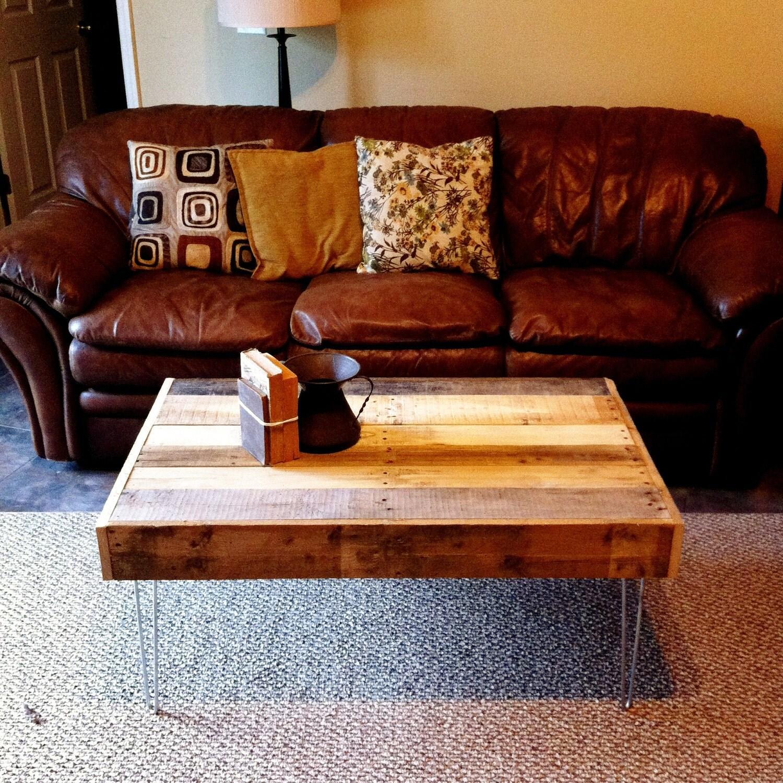 Madera recuperada Barnwood Mesa de café con la horquilla de acero de las piernas-upcycled reciclado y moderno