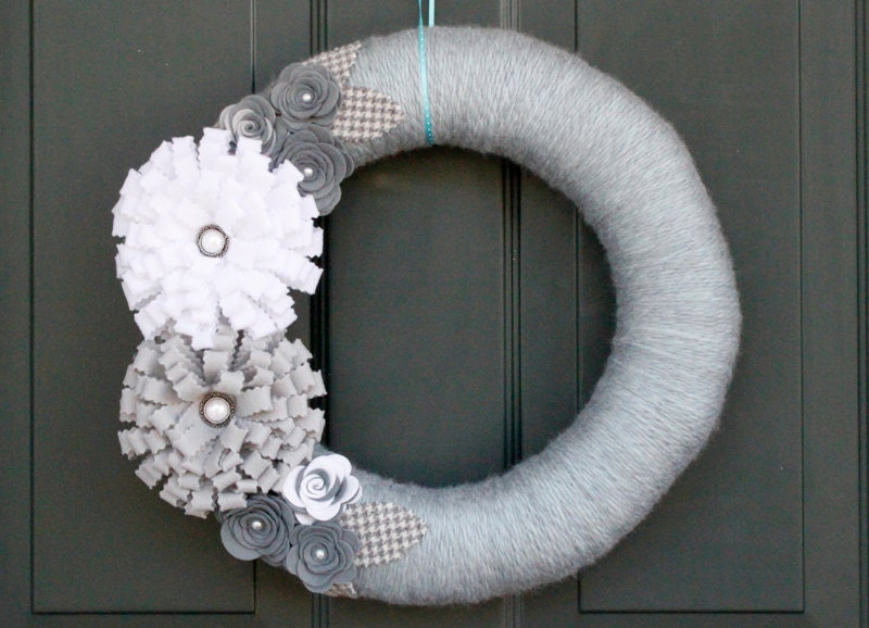Winter Yarn Wreath: Grey and White Felt Flowers with Houndstooth leaves, Christmas Wreath