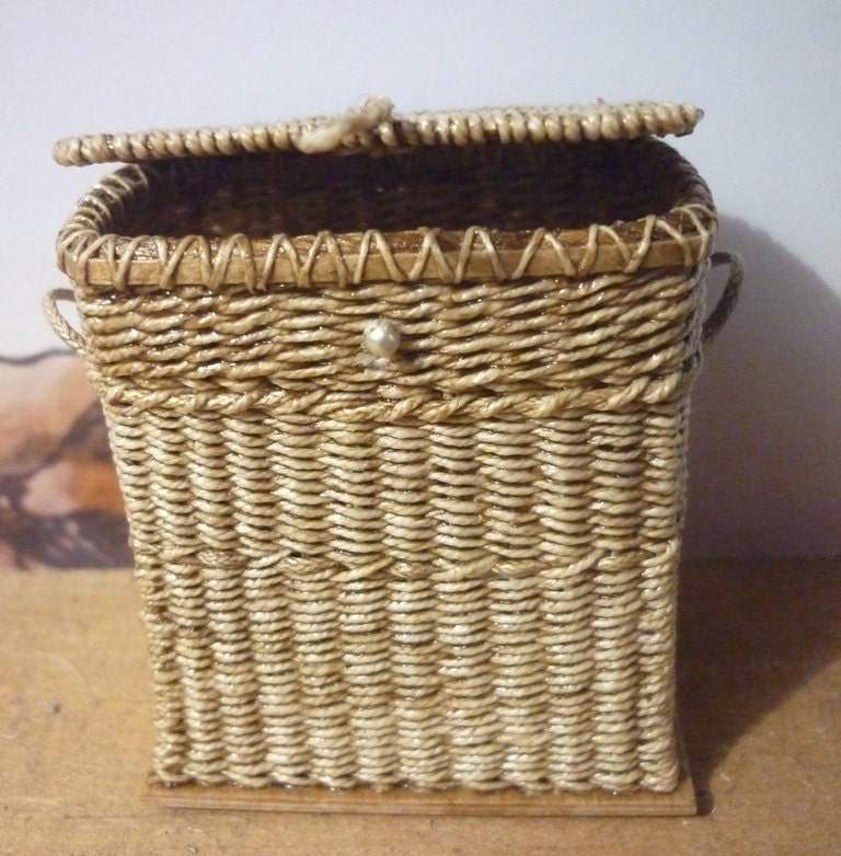 CDHM Gallery of Lidi Stroud, IGMA Artisan of Into Minis makes hand woven baskets, from Moses beds, crab pots, hampers, olla bowls, and more all in 1:12 scale for dollhouse miniatures