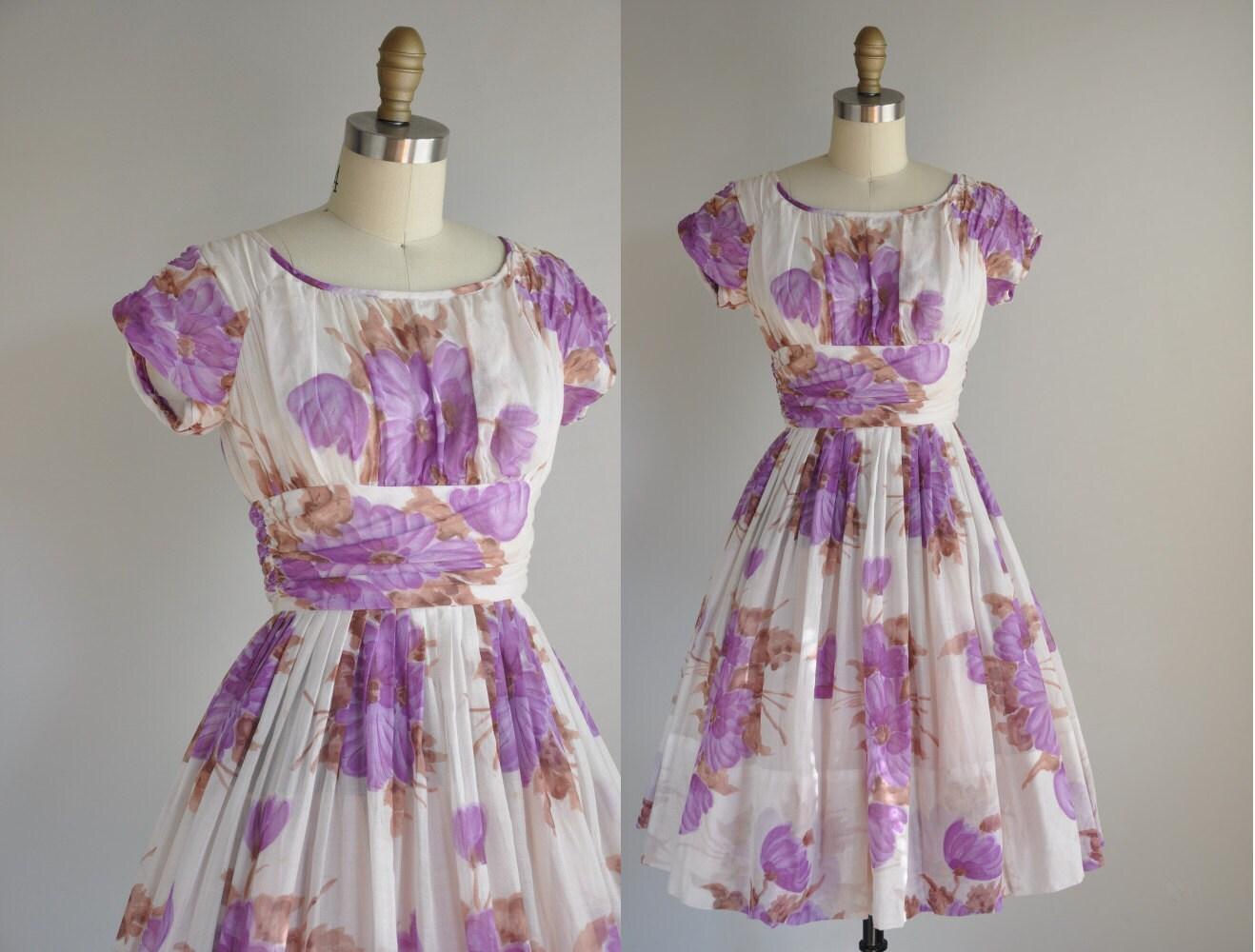 Фотографии, эскизы моделей платьев 20 х годов.