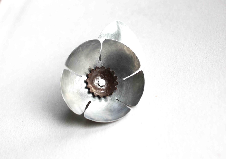 Broche Fleur métal argenté par LucieTales