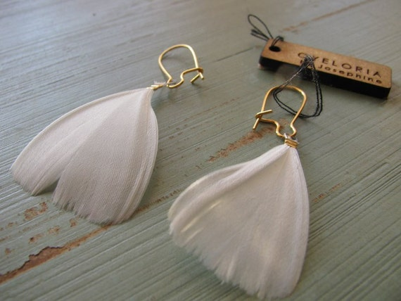 White, delicate feather earrings - Mia