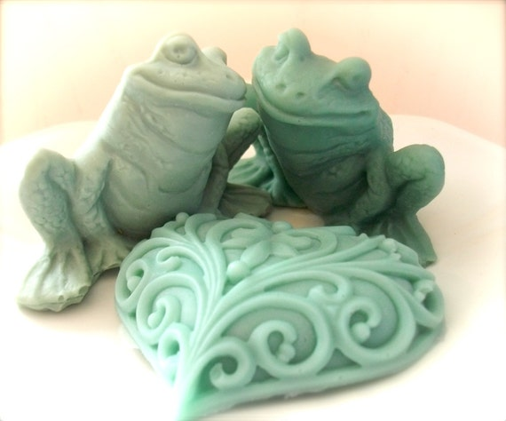 SOAP Frog Soap Set - Moisturizing Vegetable Based Two Frogs in Love Scented in Peaches and Cream