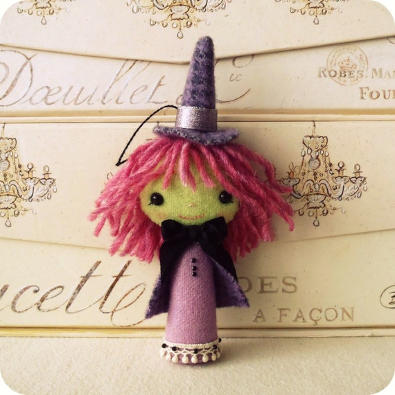 witch felt ornament to make for Halloween for an ornament or felt Halloween decoration.